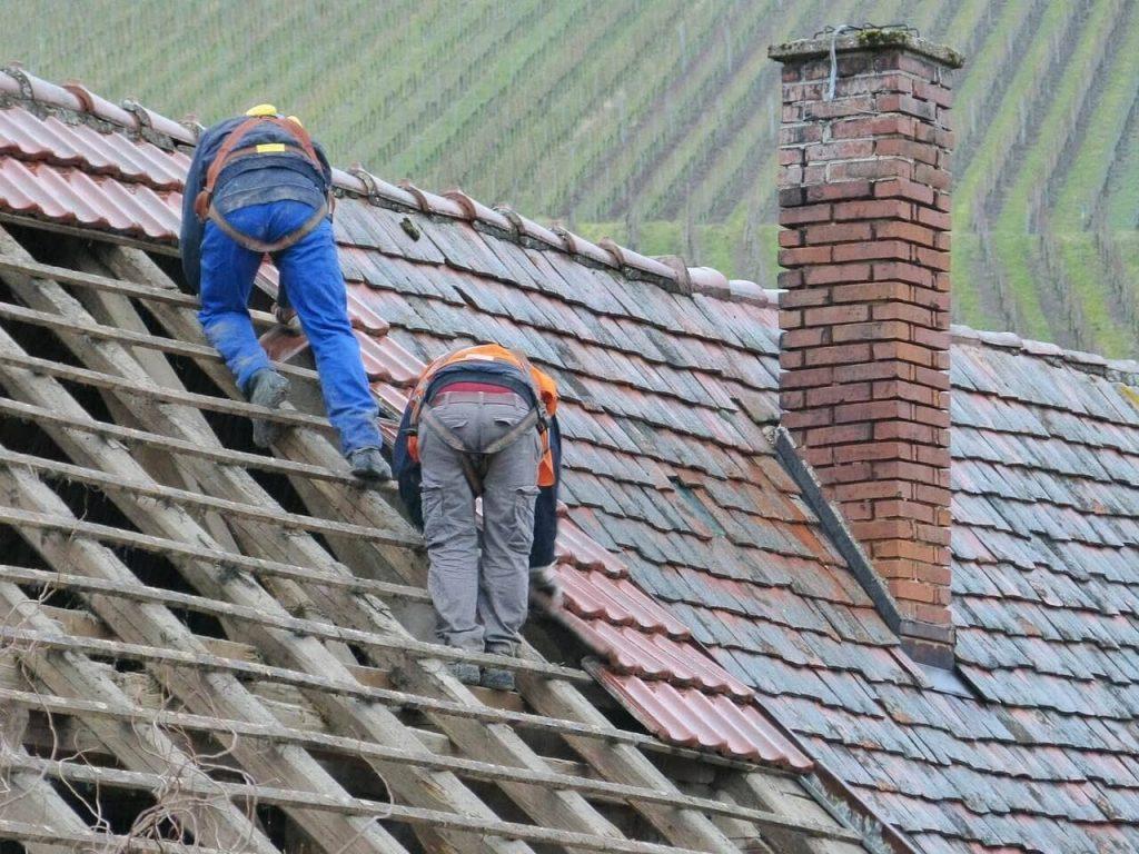 Quais são as etapas da reforma de um telhado?